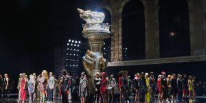 Versace Pre-Fall 2019 chào sân New York!