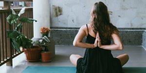 Kiểm soát hơi thở Pranayama trong thực hành Yoga với tinh dầu nhũ hương
