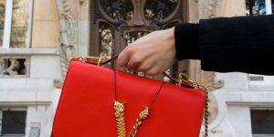 Like Red on a Rose: Sắc đỏ như hoa hồng trên mẫu túi mới của Versace