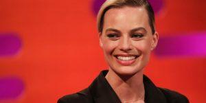 """Margot Robbie xuất hiện thanh lịch trong thiết kế """"Đi nhặt Hạt Sương Nghiêng"""" của Công Trí"""
