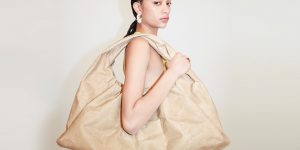 Bottega Veneta ra mắt túi xách làm hoàn toàn bằng giấy tái chế