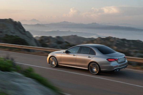 Mercedes-Benz E-Class Sedan màu bạc kim loại